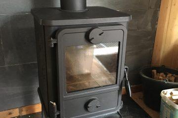 Gusseisener Ofen im kleinen Bauwagen